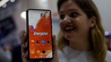 Photo of El P18K Pop de Energizer es básicamente una batería gigante con un teléfono inteligente incorporado