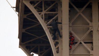 Desalojan Torre Eiffel por hombre que intenta escalarla