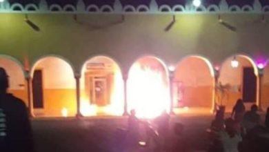 Photo of Turba ataca con bombas molotov a policías en Yucatán, tras muerte de joven en la cárcel | Video