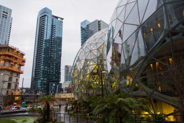 """Amazon realmente acaba de renombrar un estadio de Seattle """"Climate Pledge Arena"""""""