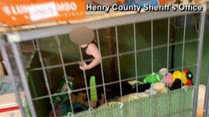 Casa del horror: hallan a niño encerrado en jaula entre 1