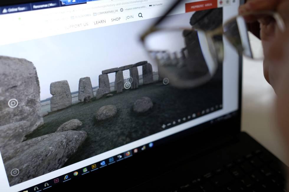 Una persona recorre en la pantalla de su ordenador el complejo neolítico de Stonehenge.