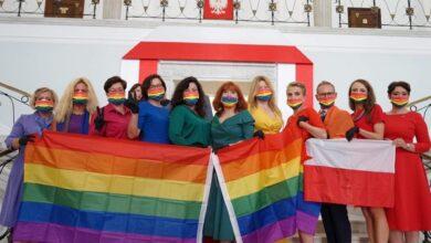 Photo of Parlamentarios polacos protestan con bandera LGBT durante juramentación del Presidente