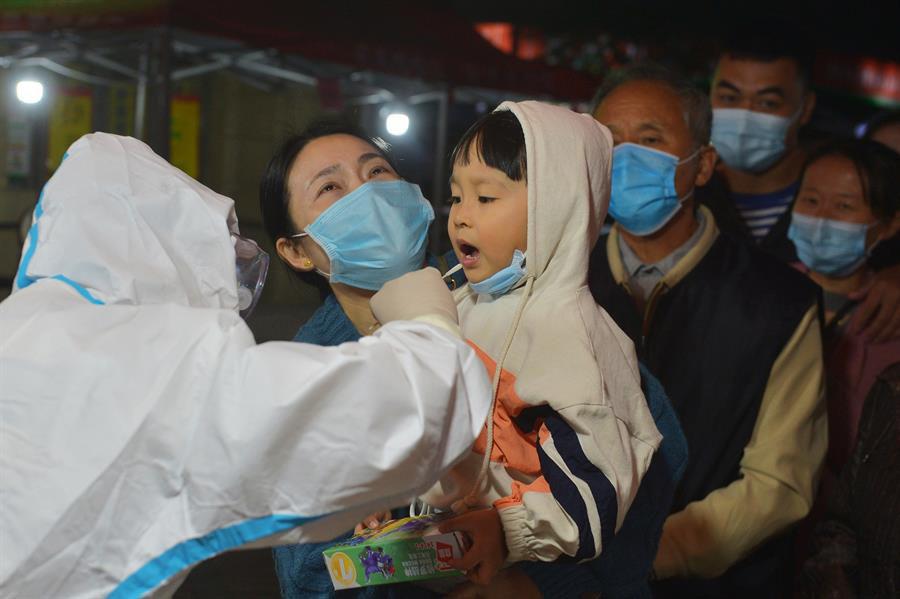Realizan millones de pruebas de COVID-19 para frenar un rebrote de contagios 2