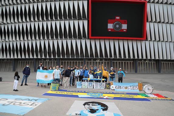 Aficionados en la concentración de recuerdo a Maradona.