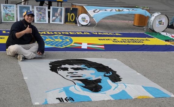 Un aficionado, ante una imagen de Maradona.