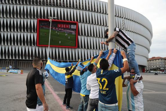 Un grupo de seguidores argentinos de la peña 'La bombonera vasca', durante el homenaje tributado a Diego Armando Maradona.