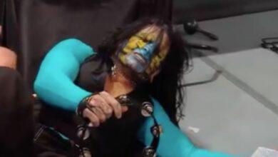 Jeff Hardy se golpea la cabeza en los escalones de acero mientras golpea Swanton Bomb en WWE Raw 10