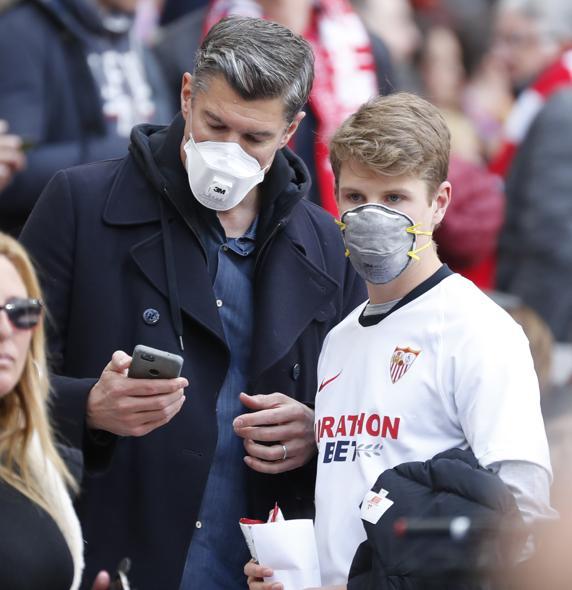 El 7 de marzo ya hubo gente con mascarillas en la grada