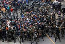 Con palos y gas lacrimógeno, Guatemala contiene a caravana migrante | Videos