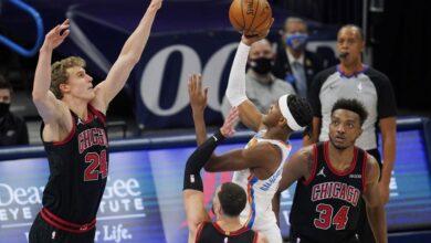 Shai Gilgeous-Alexander ataca la canasta contra varios jugadores de los Chicago Bulls
