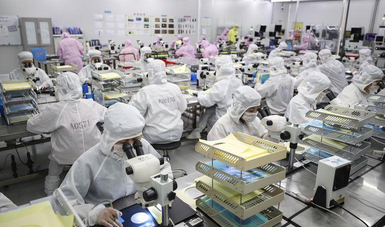 Trabajadores de una fábrica de chips en China el pasado junio.